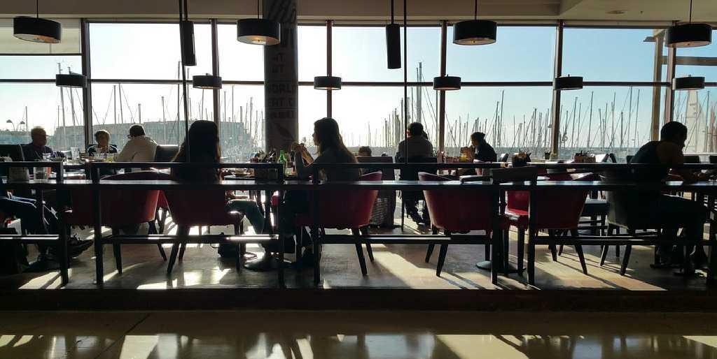 Source greissdesign / 69 images, https://pixabay.com/es/photos/restaurante-comer-interior-personas-1756687/, re-sized