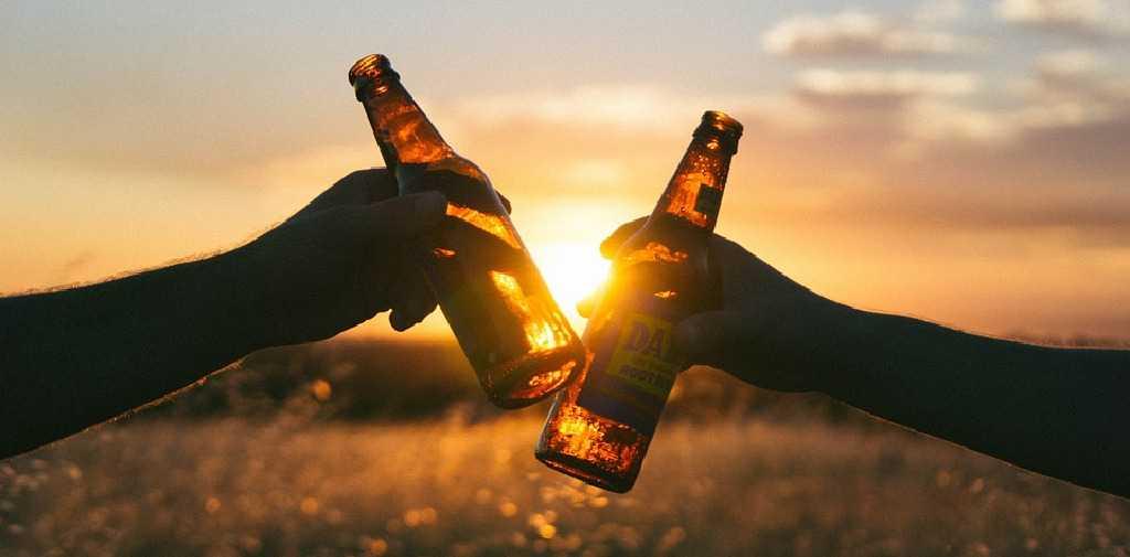 Source Free-Photos / 9108 images, https://pixabay.com/es/photos/saludos-bebidas-beber-alcohol-839865/, re-sized
